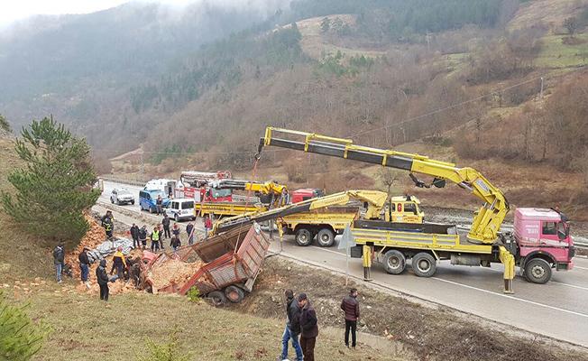 Sinop'ta tuğla yüklü kamyon devrildi: 1 ölü