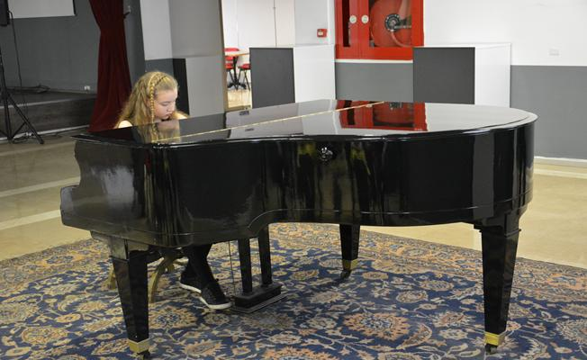 Genç yetenekten mini piyano resitali