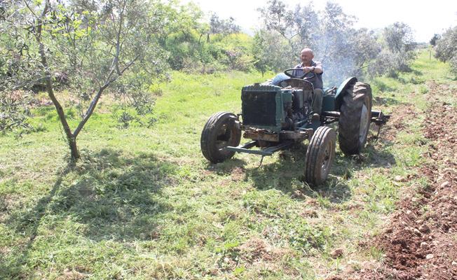 Çürümeye terk edilen traktörü toprakla buluşturdu