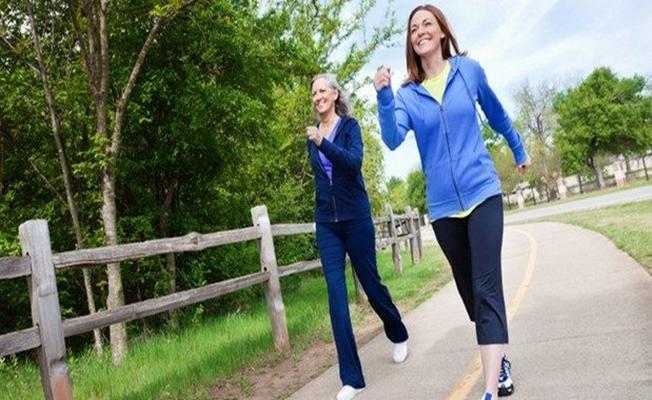 Denge problemlerine karşı temiz havada yürüyün