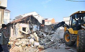 İnegöl'de Tehlike Saçan Metruk Bina Yıkıldı