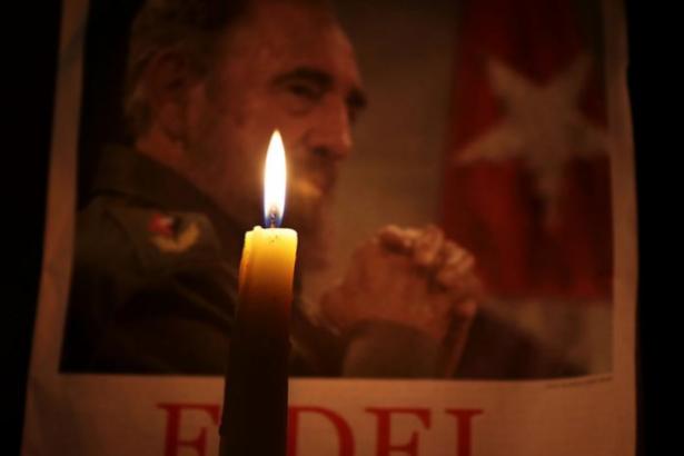 Binlerce Kübalı Fidel Castro için saygı duruşunda