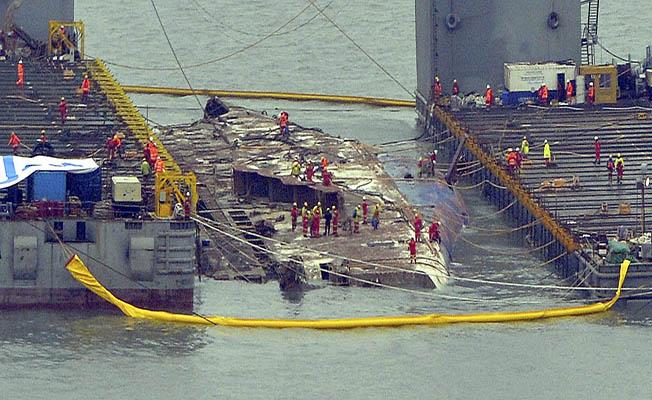 Güney Kore, 304 kişinin öldüğü batık feribotu çıkarıyor