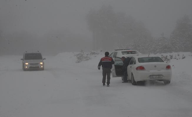 Uludağ'da Kar Sürprizi Yaşandı, Araçlar Yollarda Kaldı