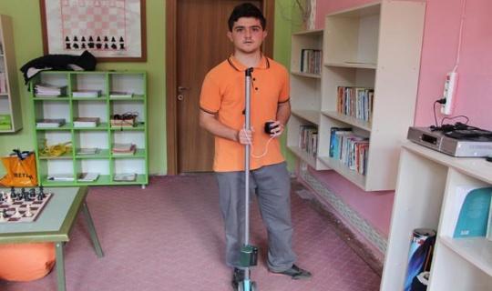 """Ortaokul öğrencisi engelliler için """"akıllı baston"""" hazırladı"""