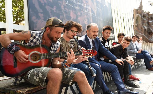 Başkan Aktaş Gençlerle Şarkı Söyledi
