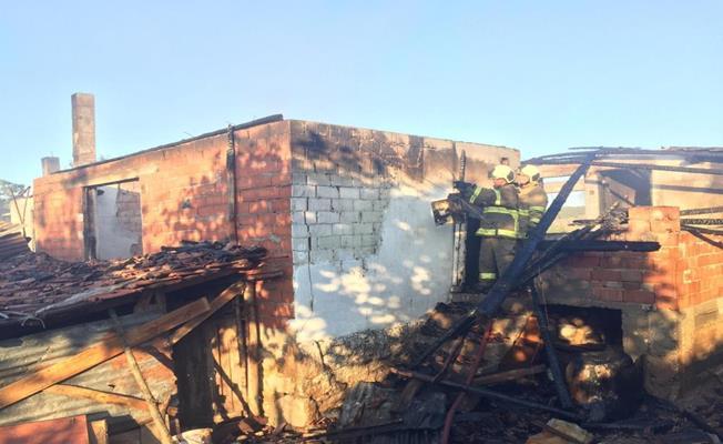 Balıkesir Sındırgı'da Çıkan Yangında Bir Ev Küle Döndü