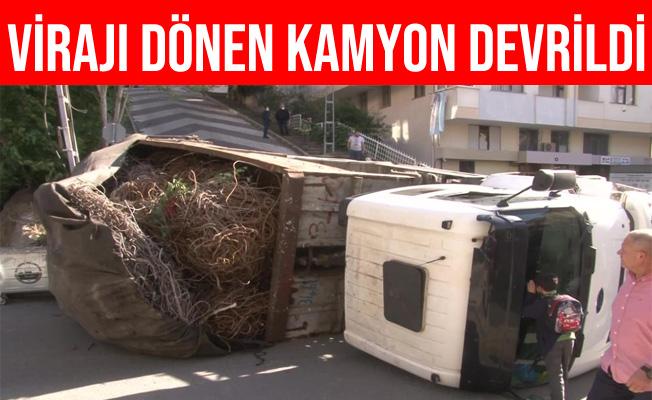 İstanbul Maltepe'de Virajı Dönen Kamyon Yola Devrildi