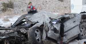 Buzlanan yolda kayan TIR otomobil ile çarpıştı: 2 ölü, 1 yaralı
