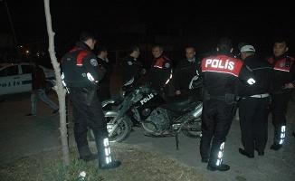 'Dur' ihtarına uymadı, otomobiliyle polislere çarptı: 2 polis yaralı