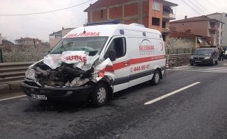 Hasta nakil ambulansı kaza yaptı: 3 yaralı
