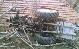 Kontrolden çıkan traktör evin çatısına düştü