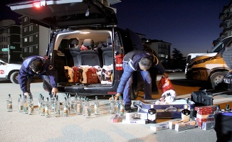Lüks minibüsün içinden yüzlerce kaçak alkol çıktı ve sigara çıktı