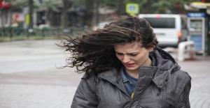 Bursa'da şiddetli lodos yüzünden sokakta yürüyemediler